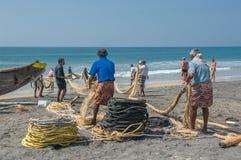 KERALA, la INDIA - enero, 17: Pesca tradicional en el Ind meridional Imágenes de archivo libres de regalías