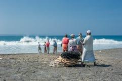 KERALA, la INDIA - enero, 17: Pesca tradicional en el Ind meridional Fotografía de archivo libre de regalías