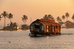 Keralan居住船在黄昏的死水 免版税库存图片