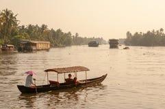 Keralan stojącej wody łódź z parą cieszy się romantyczną przejażdżkę w stojących wodach przy półmrokiem zdjęcie stock