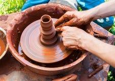 Keramik arbetar med lera på ett hjul för keramiker` s royaltyfria bilder
