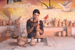 keramik Manuell produktion En man på arbete Arkivbild