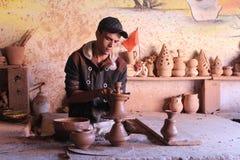 keramik Manuell produktion En man på arbete Royaltyfri Fotografi