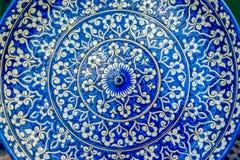 Keramik mit blauen Usbekmustern stockbilder