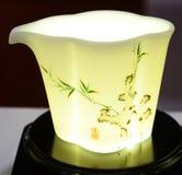 Keramik-Teetasseempfindliches Bambusblatt lizenzfreie stockbilder