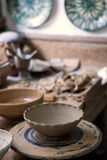 Keramiker arbetsplats och bearbetar royaltyfri bild