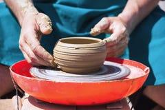 Keramiker från lerakannan på ett hjul för keramiker` s Royaltyfri Fotografi