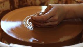 Keramiker i seminariet av hämnd på lerakeramikers hjul Antika hantverk arkivfilmer
