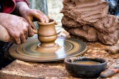 Keramiker` s räcker att gjuta ett objekt Royaltyfria Foton