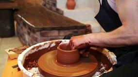 Keramiker som arbetar med lera i krukmakeri stock video