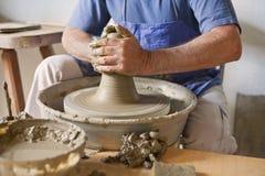 Keramiker som fungerar med lera Royaltyfri Fotografi