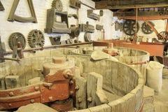 Keramiker som maler rum och utrustning Royaltyfria Foton