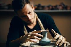 Keramiker som modellerar den keramiska krukan fr?n lera p? keramikers hjul arkivfoto