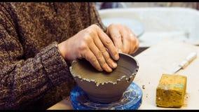 Keramiker som snider på lergodsbunken lager videofilmer