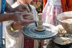 Keramiker som vägleder krukmakeri Arkivfoton