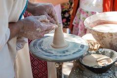 Keramiker som vägleder krukmakeri Arkivfoto