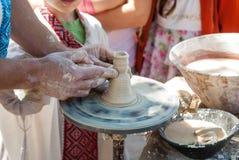 Keramiker som vägleder krukmakeri Royaltyfria Foton