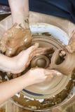 Keramikerarbete med den kvinnliga lärlingen Arbeta med Clay Lump på keramikers seminarium för hjul in royaltyfri foto