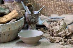 Keramikerarbetsplats och hjälpmedel arkivfoton