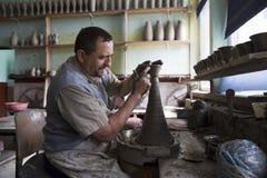 Keramikerförlage i hans seminarium Arkivfoto