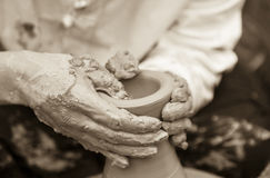 Keramikerhänder royaltyfri foto