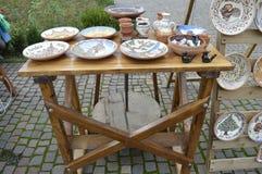 Keramikerhjul och tabell med keramiska objekt Royaltyfri Foto