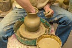 Keramikern gör den jord- skytteln Arkivfoton