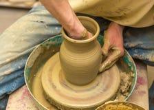 Keramikern gör den jord- skytteln Arkivbilder