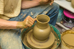 Keramikern gör den jord- skytteln Royaltyfri Bild