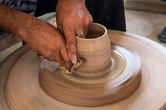 Keramikern gör en krukmakeri Arkivbilder