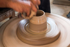 Keramikern gör en krukmakeri Royaltyfri Foto