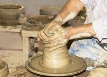 Keramikern gör en tillbringare. Ö av Kreta Royaltyfri Fotografi