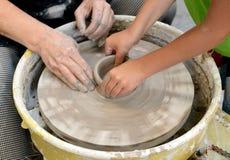 Keramikern gör en tillbringare ut ur lera i Sofia, Bulgarien arkivfoton