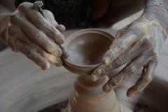 Keramikern gör jord- lampor eller 'diyas' framåt av den kommande Diwali festivalen Royaltyfria Bilder