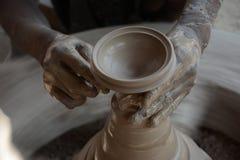 Keramikern gör jord- lampor eller 'diyas' framåt av den kommande Diwali festivalen Arkivbild