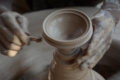 Keramikern gör jord- lampor eller 'diyas' framåt av den kommande Diwali festivalen Arkivfoto