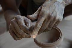 Keramikern gör jord- lampor eller 'diyas' framåt av den kommande Diwali festivalen Royaltyfri Foto