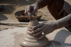 Keramikern gör jord- lampor eller 'diyas' framåt av den kommande Diwali festivalen Royaltyfri Bild