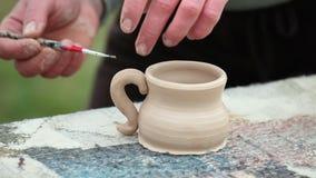 Keramikern gjuter leradisk stock video