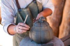 Keramikern skapar lergods på hjulet för keramiker` s fotografering för bildbyråer