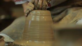Keramikern skapar produkten på ett hjul för keramiker` s Konstnär Operate Hands lager videofilmer
