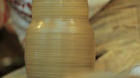 Keramikern skapar produkten på ett hjul för keramiker` s Konstnär Operate Hands arkivfilmer