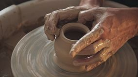 Keramikern skapar produkten på ett hjul för keramiker` s Snurrkrukmakeri arkivfilmer