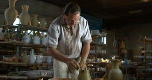 Keramikern stiger en leratillbringare arkivfilmer