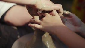 Keramikern undervisar barn att göra krukor på en gatamässa Närbilden endast händerna är synlig Royaltyfria Bilder