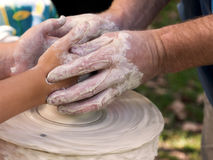 Keramikern undervisar barnet Arkivbilder