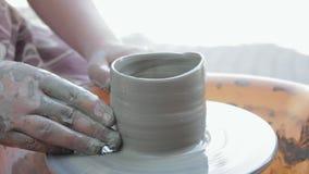 Keramikern undervisar hans hantverk till barnen Krukmakerigruppseminarium Lera som formar på keramikers hjul och att avfyra lager videofilmer