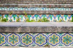 Keramikfliesen auf dem Treppenhaus Stockbilder