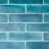 Keramikfliesen auf der Wand im Blau Stockfoto