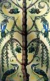 Keramikfliesen mit Vögeln. Stockbilder